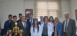 Şampiyon çocuklar Vali Yardımcısı Özer'i ziyaret etti