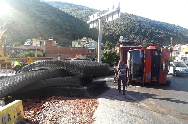 Söke'de demir yüklü kamyon devrildi