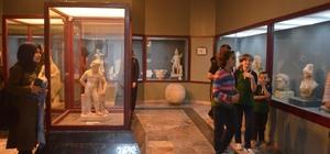 Gençlik merkezi gönüllüleri işitme engelli çocuklarla müzeyi gezdirdi