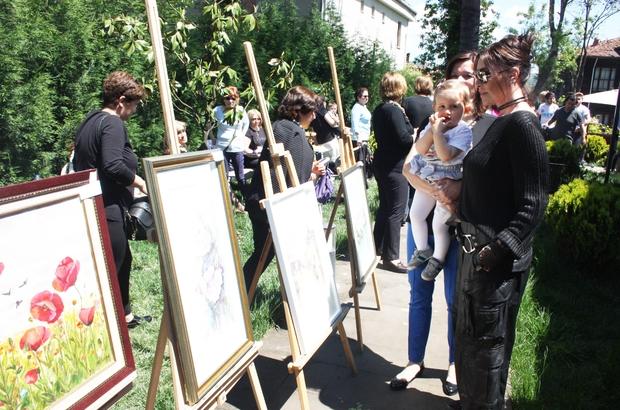 Usta oyuncu Nebahat Çehre kız öğrenciler için açılan kermese katıldı