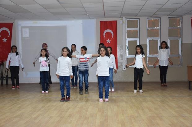 Öğrenciler İngilizce şarkı söyleyip skeç oynadı