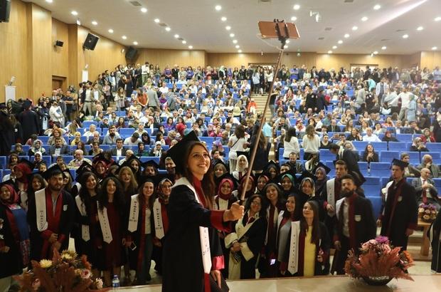 Güzel Sanatlar ve Tasarım Fakültesi'nde mezuniyet sevinci