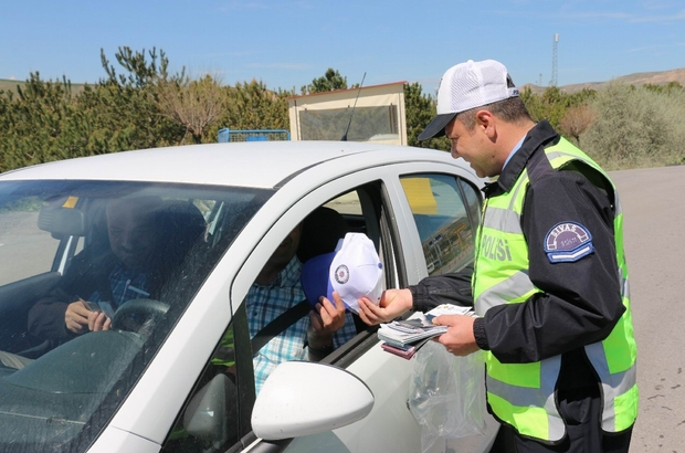 Polisten sürücülere hediyeli denetim