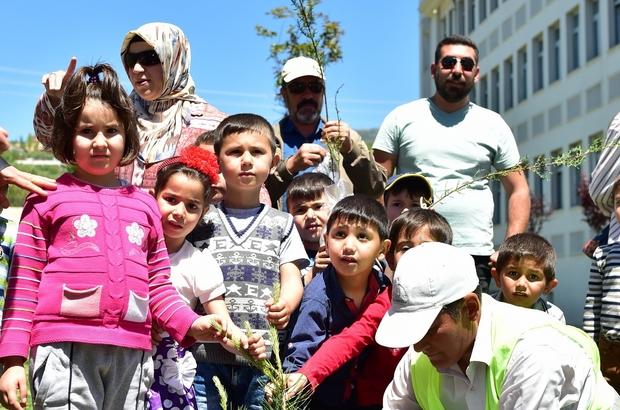 Dulkadiroğlu Belediyesi miniklerle Anneler Günü için fidan dikti