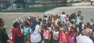 Öğrenciler köy meydanında çöp topladı