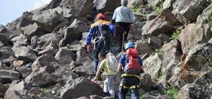 AFAD, kayalıklarda mahsur kalan keçileri halatlarla kurtardı