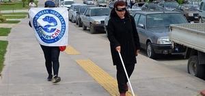 Engellileri anlamak için gözbandıyla yürüdü