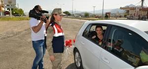 Jandarma araçları durdurup annelerin gününü kutladı