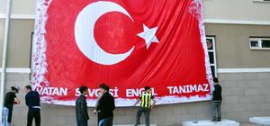 Engelli öğrenciler 35 metrekarelik Türk bayrağı boyadı