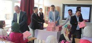 Hayrat İnsani Yardım Derneği, İmam Hatip Ortaokulu öğrencilerine Kur'an-ı Kerim hediye etti