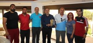 Öğretmenlerden Başkan Sarıoğlu'na teşekkür plaketi