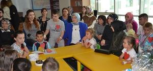 Protokol eşleri hastanede tedavi gören öğrencileri ziyaret etti