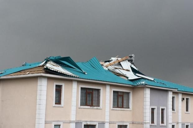 Tekman'da hortum çatıları uçurdu