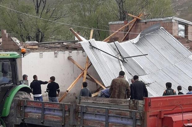 Erzurum'un Horasan ilçesinde şiddetli fırtına evleri yıktı