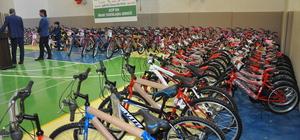 Yetim çocukların bisiklet sevinci