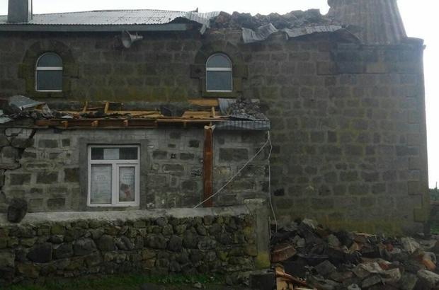 Kars'ta rüzgar cami minaresini yıktı