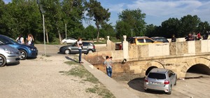 Otomobille nehre düşmekten son anda kurtuldular