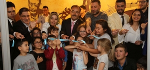 Hüsnü Şenlendirici, Uşak Belediyesi Sanat Akademisi'nin açılışına katıldı