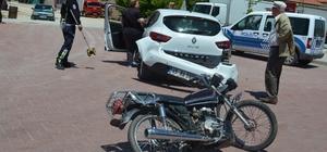 Motoruyla otomobile çarptı kaçarak hastaneye gitti