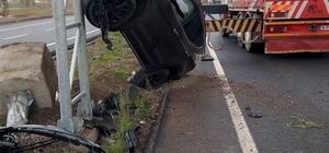 Takla atan otomobil direğe çıktı: 2 yaralı