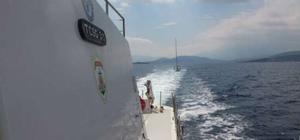 Sahil güvenlik Kuşadası Körfezi'nde arızalanan teknedeki 2 kişiyi kurtardı