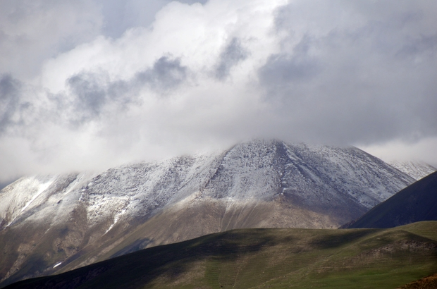 Ağrı'da yüksek kesimlere kar yağdı