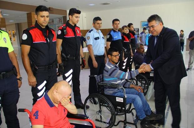 Emniyet müdürü engellilere tekerlekli sandalye hediye etti