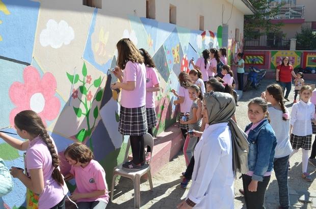 Öğrenciler okul duvarlarını resimleriyle güzelleştirdiler