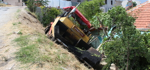 İş makinesi bahçeye devrildi: 1 yaralı