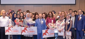 Genç girişimci kadınlar sertifikalarını Vali Çakacak'ın elinden aldı