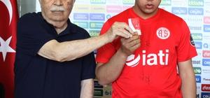 Görme engelli Ömer, Antalyaspor üyesi oldu