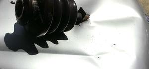 Elektrik izolatörü otomobilin motor kaputuna saplandı