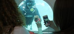 Sanatçıların denizaltı keyfi