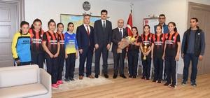 Türkiye şampiyonu kız öğrenciler, sevinçlerini Vali Demirtaş ile paylaştı