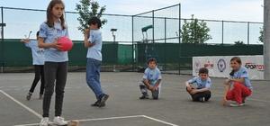 Bin 100 çocuğun doyasıya eğlendiği şenlikte mahalle aralarında oynanan oyunlar tekrar hayat buldu