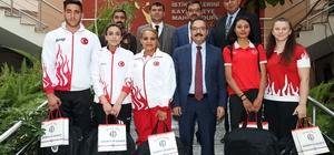 Rektör Gür şampiyon sporcuları kutladı