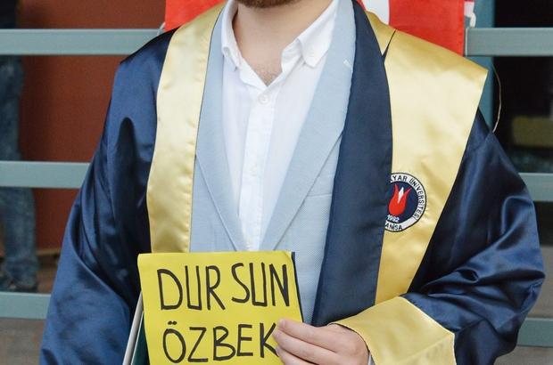 """Mezuniyet törenine """"Dursun Özbek istifa"""" yazılı keple katıldı"""