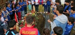 Beytüşşebaplı öğrenciler Samsun şehidinin mezarına karanfil bıraktı