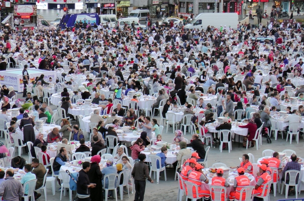 Zeytinburnu Meydanı'nda binlerce kişi iftar sofrasında buluştu