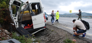 Turistleri taşıyan minibüs devrildi: 3 yaralı
