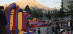 Hakkarili çocuklar şişme oyun parkını devirdi