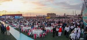 Gaziosmanpaşa'da mezuniyet sevinci yaşayan 3 bin 500 liseli birlikte iftar yaptı