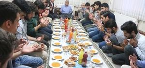 Başkan Karaosmanoğlu, öğrenci evinde iftar yaptı