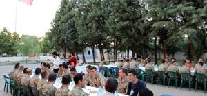 Başkan Özel iftarı askerlerle karakolda açtı