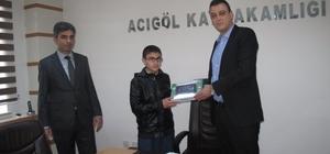 Acıgöl Kaymakamı Akbulut TEOG'da başarı gösteren öğrencilere tablet hediye etti
