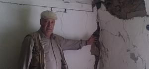 Heyelanda evleri zarar gören yaşlı çift yardım bekliyor