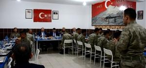 Vali Azizoğlu, Mehmetçikle iftar açtı