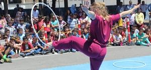 Sirk sanatçıları öğrencileri sevindirdi