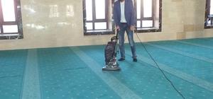 Malazgirt'te cami temizliği için elektrik süpürgesi
