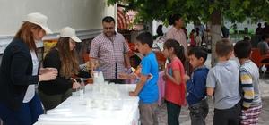 Kitap fuarında öğrencilere süt ikramı